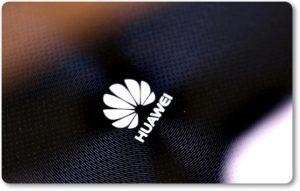 Логотип на корпусе смартфона HUAWEI