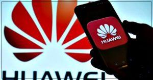 Смартфон HUAWEI на фоне логотипа HUAWEI
