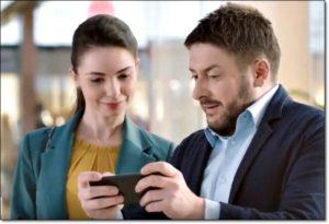 Двое смотрят в смартфон