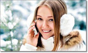 Зимой девушка говорит по смартфону
