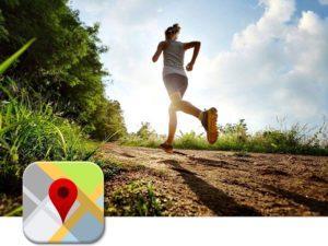 Девушка бежит по маршруту карты Google