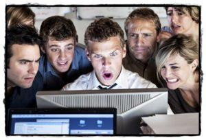 Любопытные лица смотрят чужие фотографии.