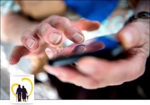 Руки пожилого человека со смартфоном
