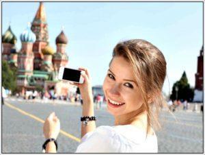 Девушка со смартфоном на Красной площади