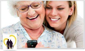 Девушка обучает бабушку пользованием смартфоном