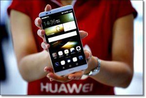 Девушка со смартфоном Huawei