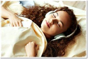 Девушка во сне слушает музыку