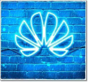 Логотип Huawei на голубой стене
