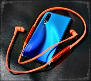 Смартфон Huawei и беспроводные наушники