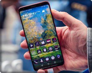 Смартфон Huawei Mate RS в руках