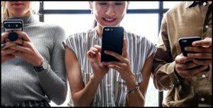 Молодёжь со смартфонами