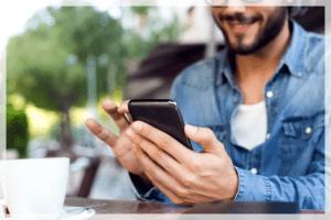 Человек набирает текст на смартфоне
