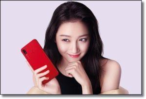 Девушка с красным смартфоном Huawei