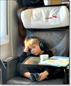 1 Фото Ребёнок в самолёте